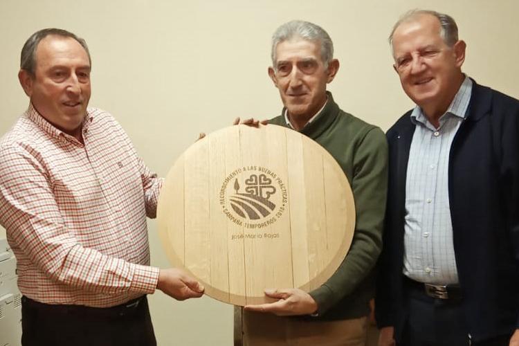 Cáritas La Rioja reconoce al agricultor José María Rojas por sus buenas prácticas durante la campaña temporera