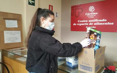 Jóvenes voluntarios de Cáritas La Rioja preparan lotes de alimentos para que nadie pase hambre durante la crisis del COVID-19