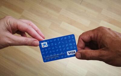 Caixabank dona a Cáritas La Rioja 300 tarjetas sociales con un valor total de 10.000 euros